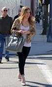 http://img293.imagevenue.com/loc351/th_076251380_Hilary_Duff_at_Crumbs_bakery6_122_351lo.jpg