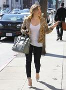 http://img293.imagevenue.com/loc354/th_076301020_Hilary_Duff_at_Crumbs_bakery23_122_354lo.jpg