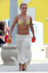 th_007897383_hayden_panettiere_bikini_to