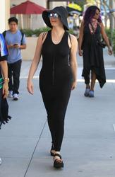http://img293.imagevenue.com/loc583/th_970841331_rose_mcgowan_see_thru_and_pokies_while_out_and_about_in_beverly_hills_07_123_583lo.jpg